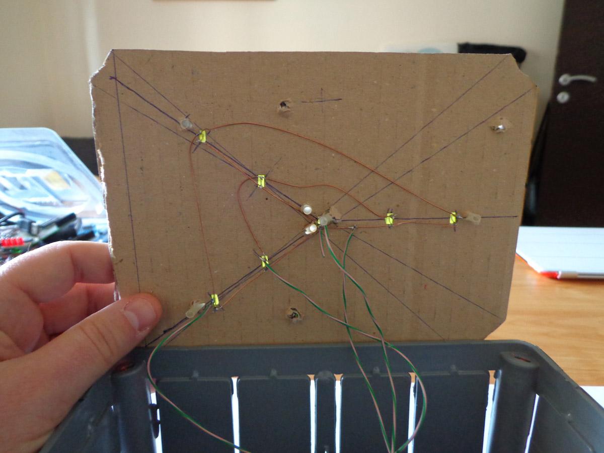 Connessione led installati su foglio di cartone